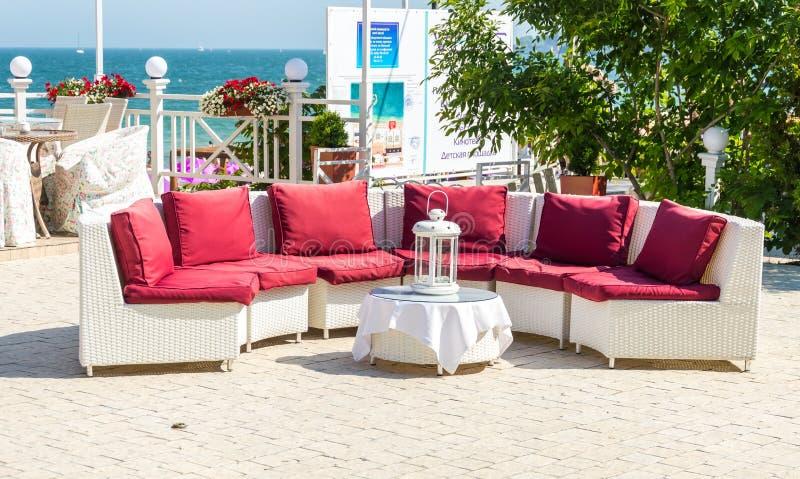 Ungewöhnliche Entwurfslösungen für das Sitzen in einem Strandcafé lizenzfreies stockbild