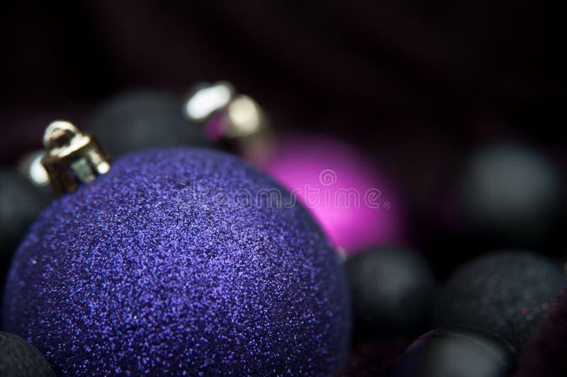 Ungewöhnliche purpurrote Weihnachtsdekorationen stockfoto