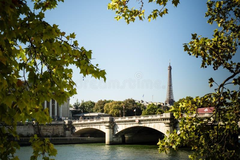 Ungewöhnliche seltene Ansicht des Eiffelturms und Pont de la Concorde mit einem Stück Palais Bourbon nach links lizenzfreie stockfotos