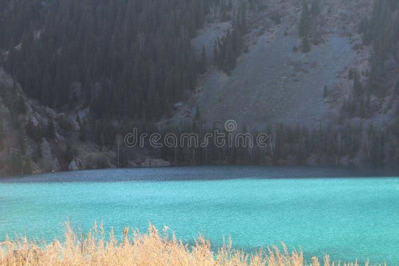 Ungewöhnliche Wasserfarbe im Gebirgssee lizenzfreie stockfotos