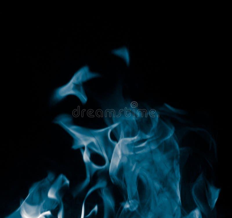 Ungewöhnliche Zeichnungen des Rauches auf einem schwarzen Hintergrund stockfoto