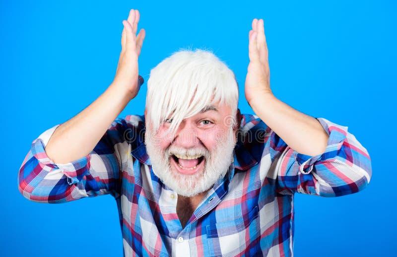 Ungewöhnlicher Auftritt des reifen Hippies Nebenkultur und Lebensstil Älterer emotionaler Mann mit langen Knallen und Bart friseu lizenzfreies stockbild