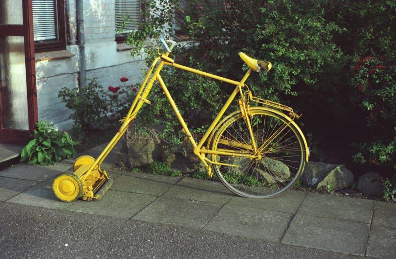 Ungewöhnlicher gelber Grasschneider lizenzfreies stockbild