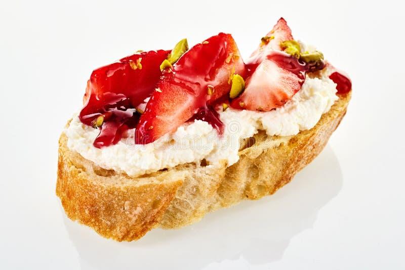 Ungewöhnlicher süßer Canape mit frischer Erdbeere lizenzfreie stockbilder