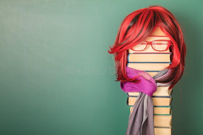 Ungewöhnlicher schöner Lehrer Girl mit dem luxuriösen roten Haar stockfotos