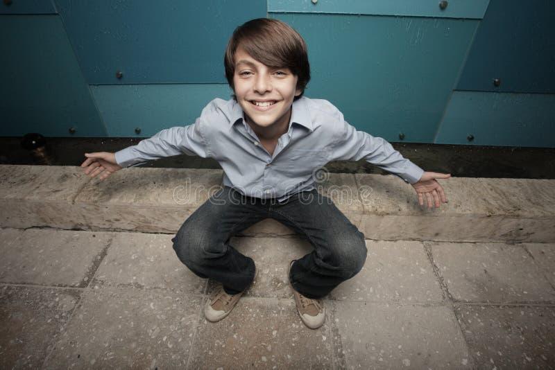 Ungewöhnlicher Winkel eines Lächelns des jungen jugendlich stockbild