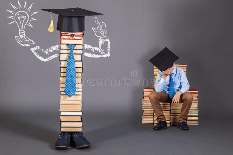 Ungewöhnliches Bildungskonzept mit zu dem einem dösenden Jungen ein glänzendes lizenzfreie stockfotos