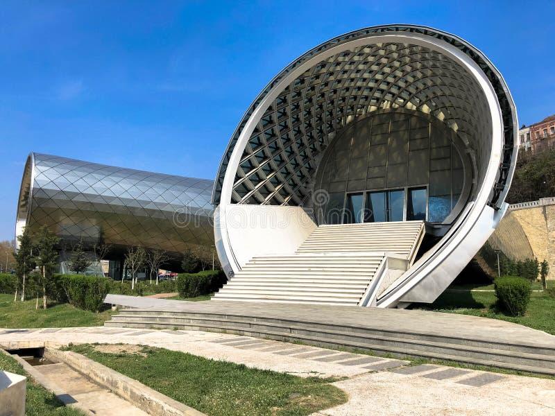 Ungewöhnliches modernes futuristisches abstraktes weißes Portal der schönen Runde mit einem Treppenhaus, der Eingang zum Gebä lizenzfreie stockfotos