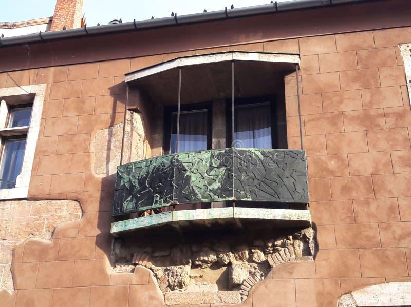 Ungewöhnliches und interessantes Gebäude mit einzigartigem Balkon lizenzfreie stockbilder