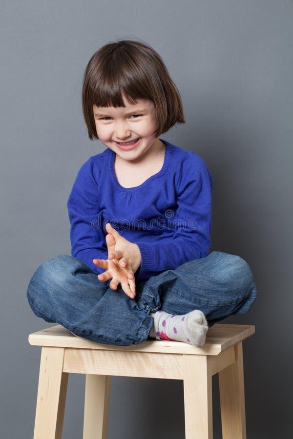 Ungewellbeingbegrepp för att skratta det förskole- barnet royaltyfri bild
