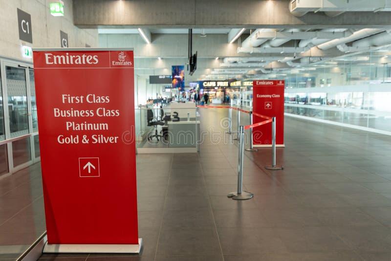 UNGHERIA, BUDAPEST - CIRCA 2019: Emirates Airline check-in zone all'aeroporto di Budapest. Aeroporto di Liszt Ferenc Budapest fotografia stock libera da diritti