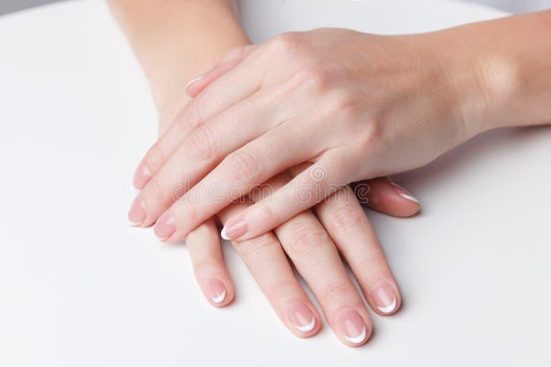 Unghie con il manicure francese fotografia stock