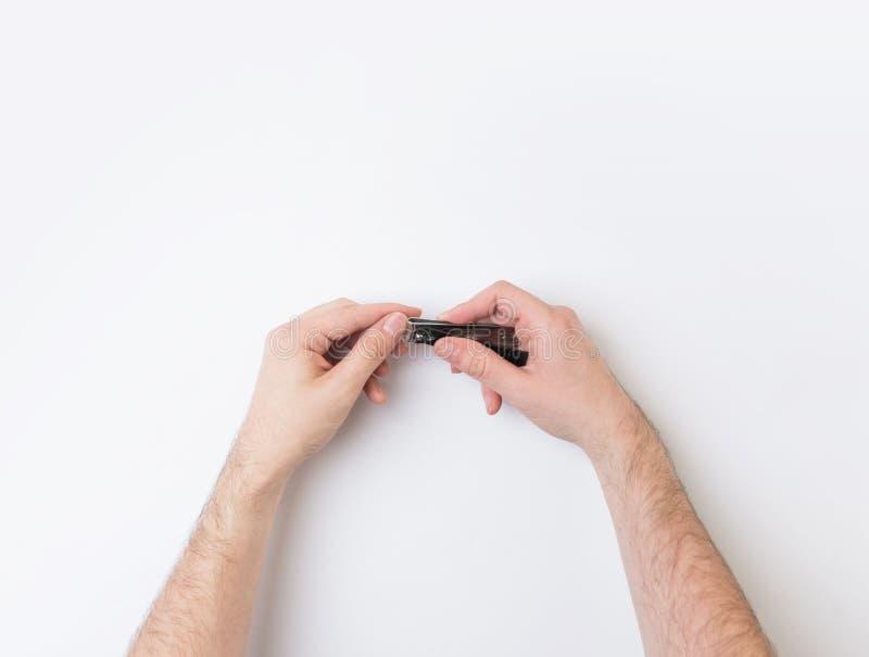 Unghie del dito di taglio con un tagliatore fotografie stock