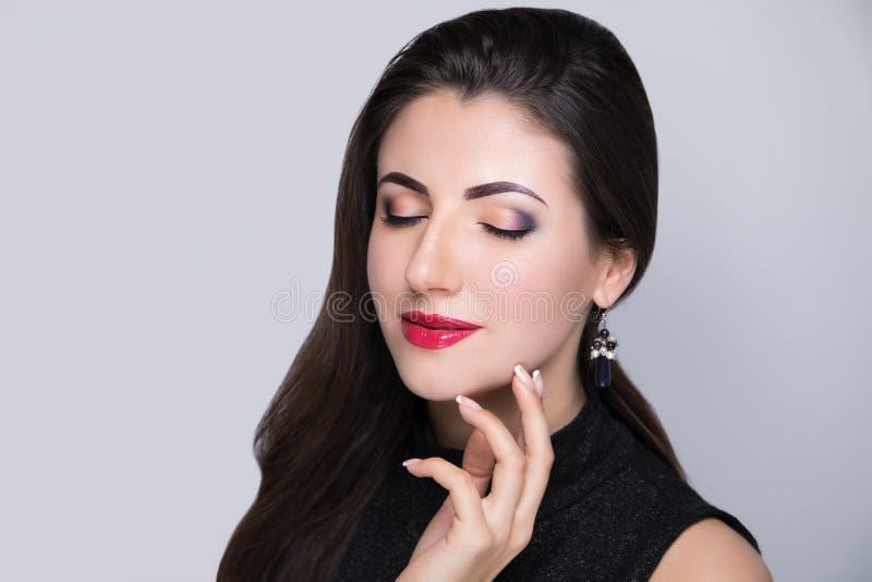 Unghie del manicure del fronte di bellezza della donna fotografie stock libere da diritti