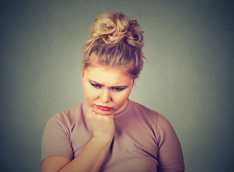 Unglückliche überladene Frau niedergedrücktes unten schauen Ausdruckgefühl des menschlichen Gesichtes stockfotografie