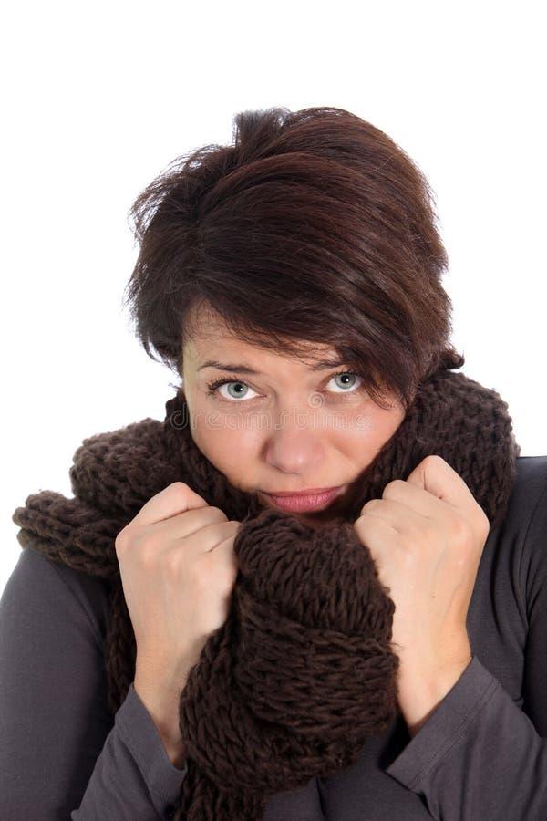 Unglückliche Frau, die unter kaltem Wetter leidet lizenzfreie stockfotos