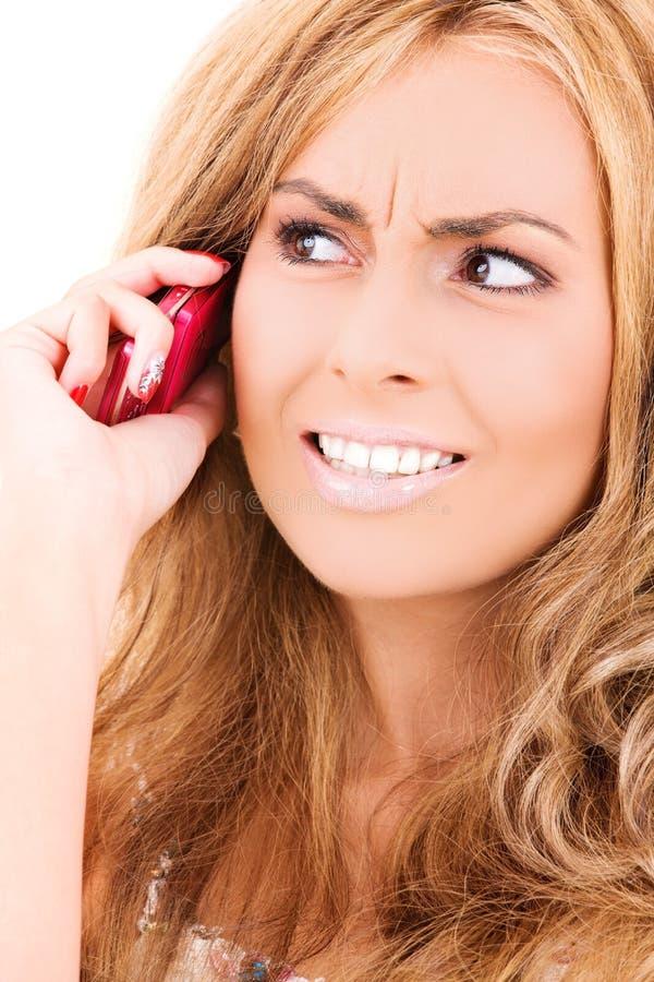 Unglückliche Frau mit Handy stockfoto