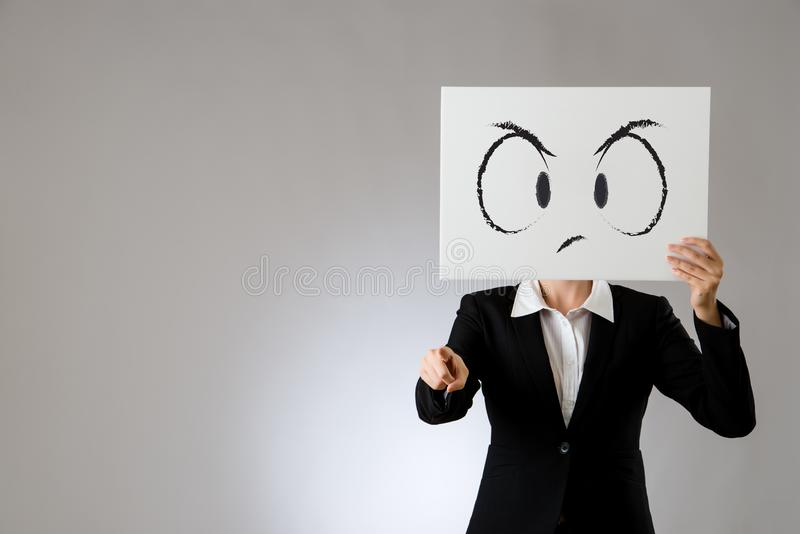 Unglückliche Gesichtsanschlagtafel mit dem Zeigen des Fingers stockfotos
