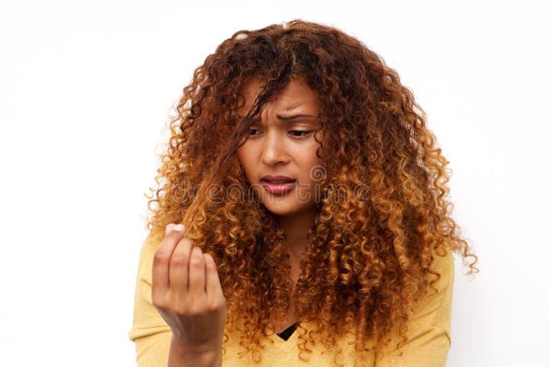 Unglückliche junge Frau mit Haarproblemen lizenzfreie stockfotografie