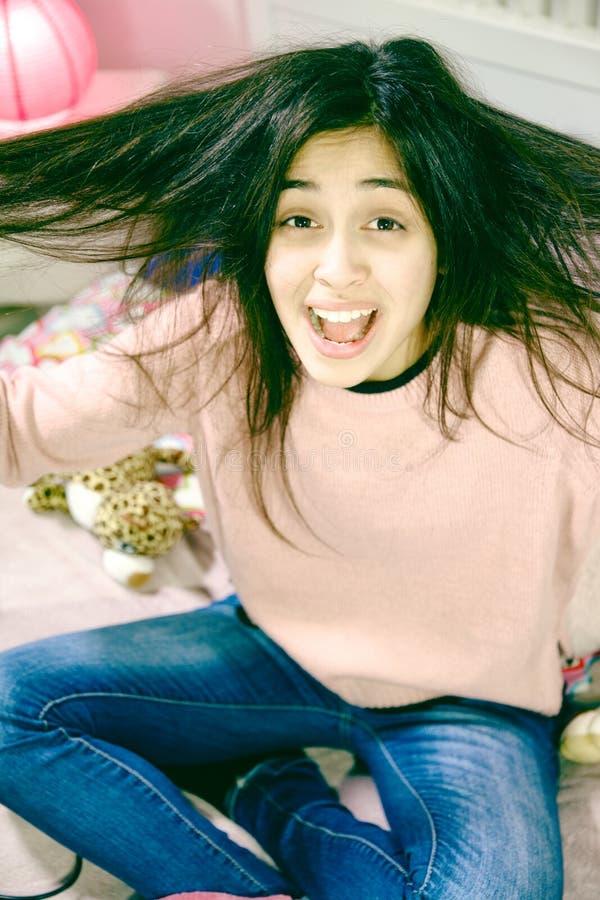 Unglückliche Latina-Frau mit langem Haarproblem mit dem Knotenschreien hoffnungslos stockfotografie