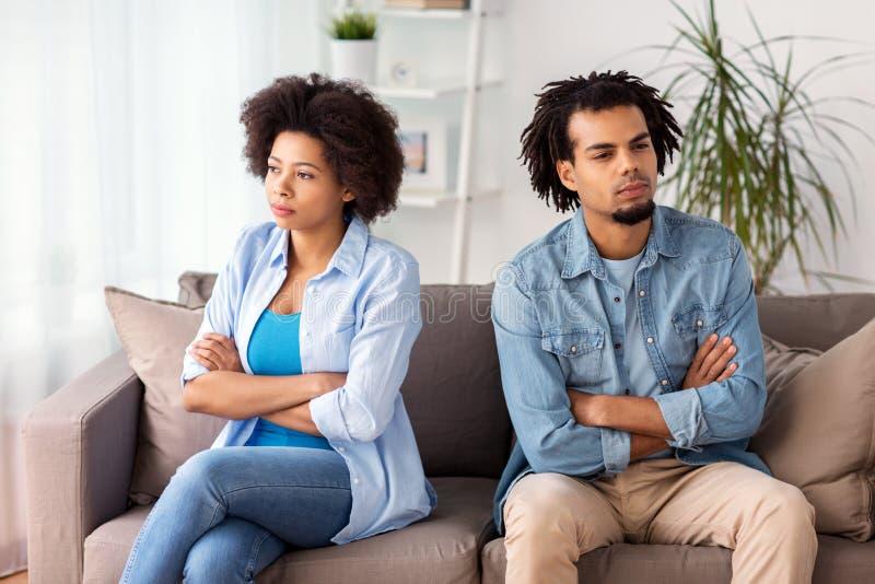 Unglückliche Paare, die Argument zu Hause haben lizenzfreie stockfotos