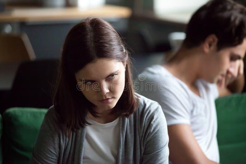 Unglückliche Paare, die zu Hause auf Couch sitzen lizenzfreie stockbilder