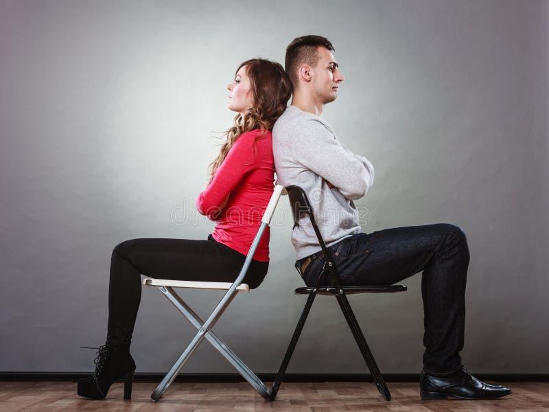 Unglückliche Paare, die zurück zu Rückseite sitzen widerspruch lizenzfreie stockfotografie