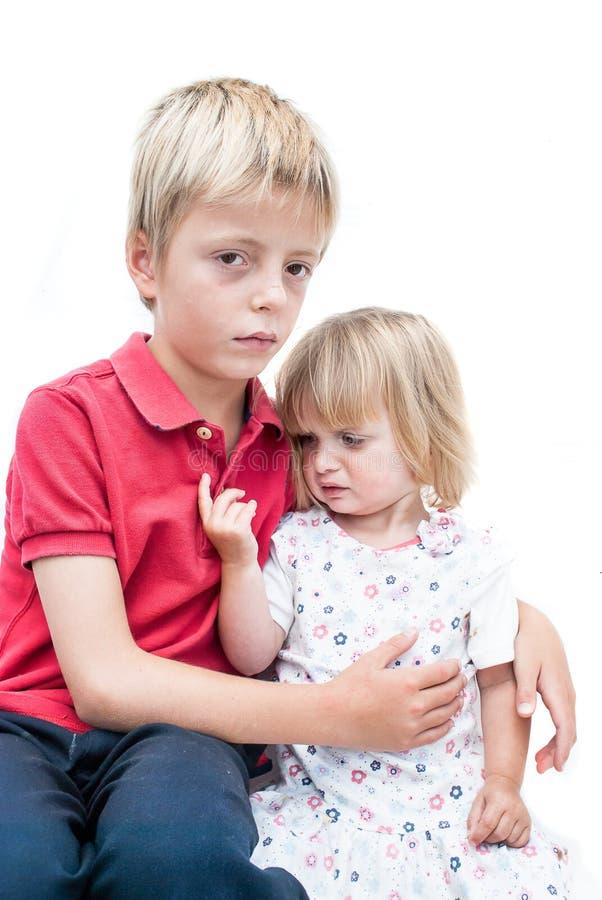 Unglückliche Schwester und Bruder. stockfotografie