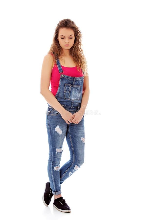 Unglückliche und durchdachte junge Frau stockfoto