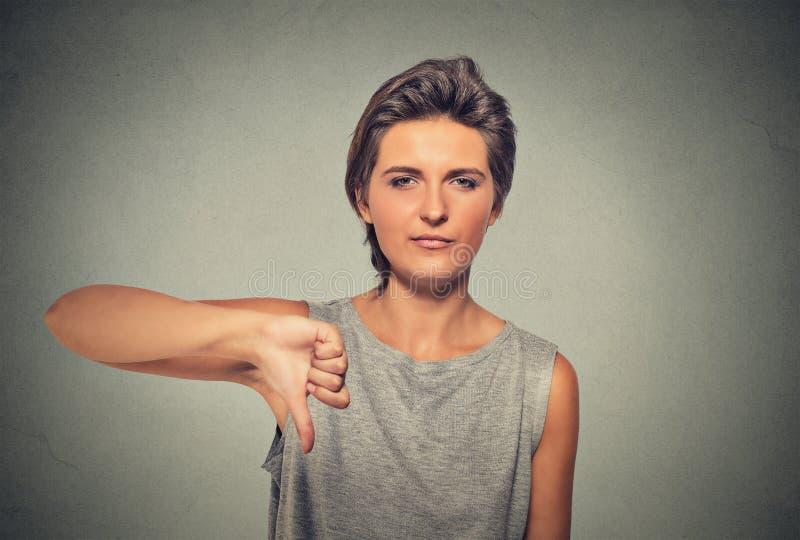 Unglückliche, verärgerte, ärgerliche Frau, gestörtes Geben greift hinunter Geste ab lizenzfreie stockfotografie