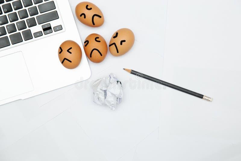 Unglücklicher Angestellter im Arbeitsplatz stockbild
