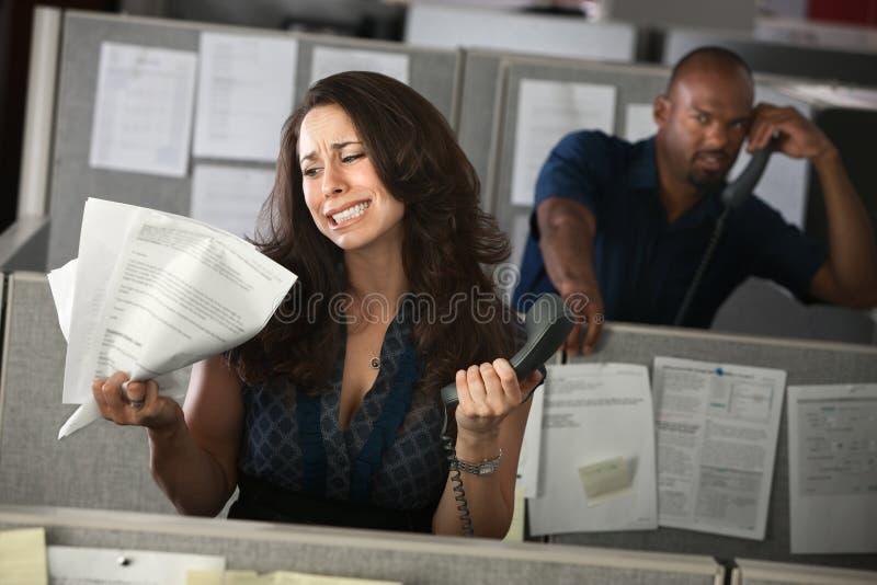 Unglücklicher Frauen-Büroangestellter lizenzfreies stockbild