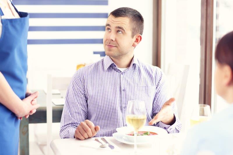 Unglücklicher Kunde in einem Restaurant lizenzfreie stockfotografie