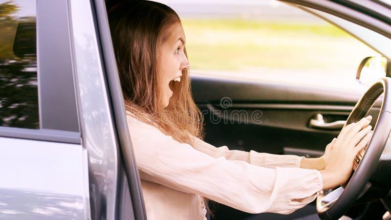 Unglücklicher Mädchenfahrer Entsetzt und erschrocken lizenzfreie stockbilder