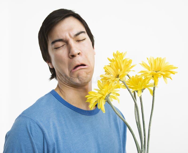 Unglücklicher Mannholdingblumenstrauß. stockfotografie