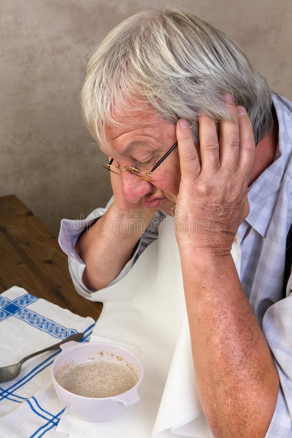 Unglücklicher Pensionär am Frühstück stockfotos