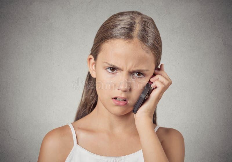 Unglückliches Mädchen des Headshot, das am Handy spricht lizenzfreie stockfotos