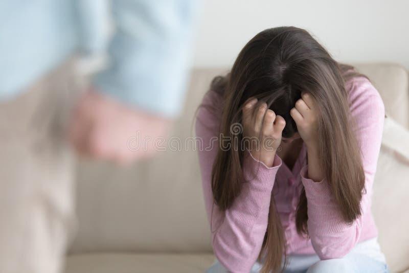 Unglückliches Paarauseinanderfallen, Mann, der traurige Frau, inländisches abus lässt stockbild
