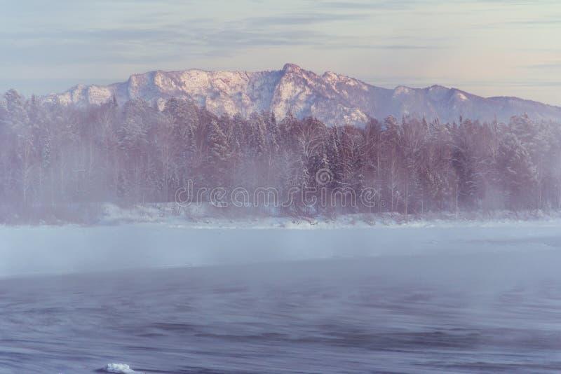 Unglaublich fabelhafte Ansicht des ungefrorenen Flusses, umgeben durch Berge lizenzfreies stockbild