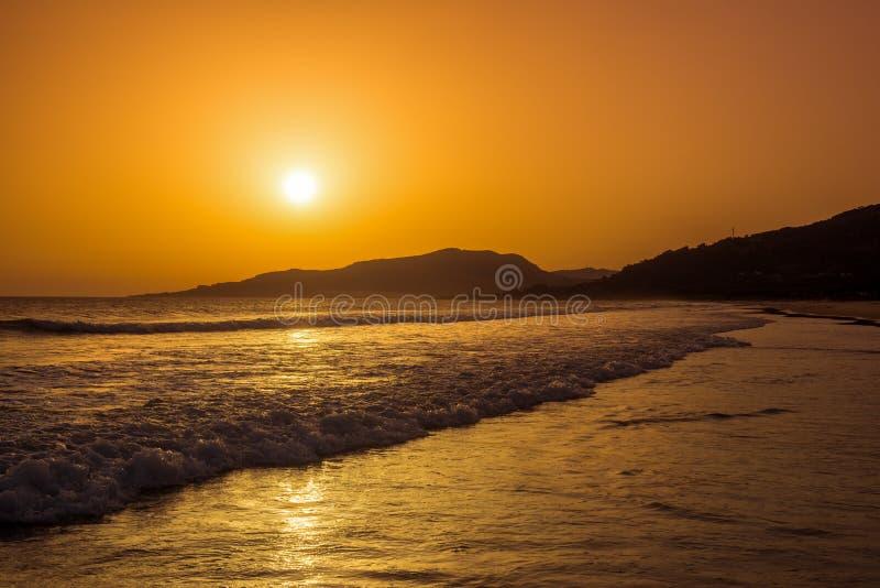 Unglaublich schöner Sonnenuntergang auf dem Strand in Spanien stockfotografie