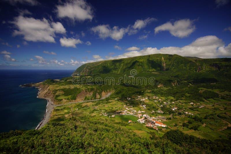 Unglaubliche Ansicht des kleinen Dorfs auf Ozeanküste auf Flores-Insel, Azoren stockfoto
