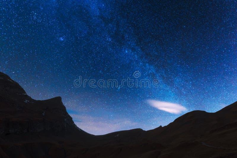 Unglaubliche Nachtansicht der Milchstraße im blauen Himmel stockfotos