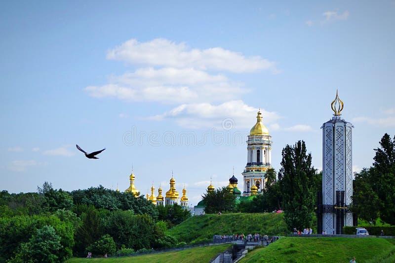 Unglaubliche Schönheit ein freier Vogel fliegt gegen den Hintergrund des Kiews-Pechersy Lavra stockbilder