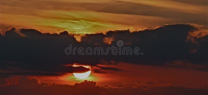Unglaubliche Sonnenuntergangansicht nahe dem Fluss Sonne strahlt Reflexion aus lizenzfreie stockfotos