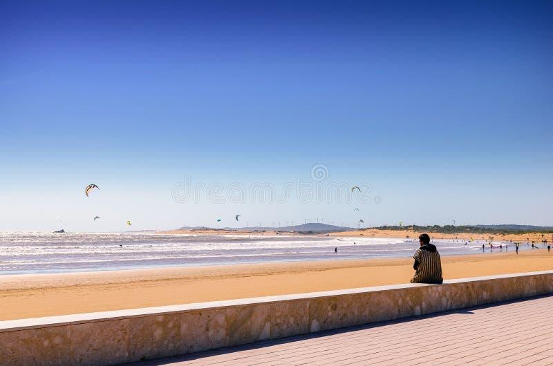 Unglaubliches Marokko, überraschendes Essaouira, ein Strand mit Leuten engagierte sich beim Drachen-Surfen stockfotos