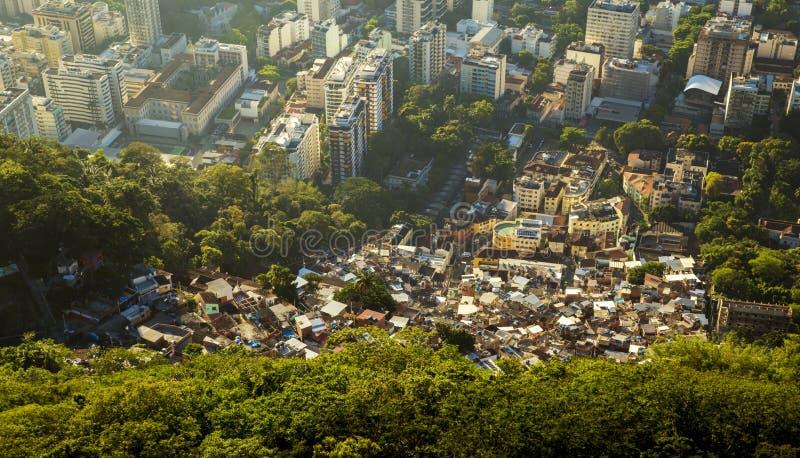 Ungleichheit - Kontrast zwischen den armen und reichen Leuten in Rio stockfotos