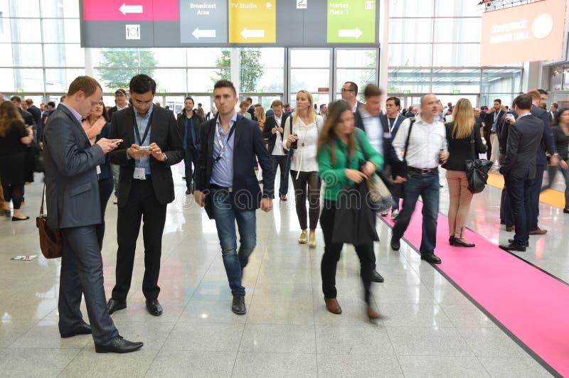 Ungt affärsfolk på tysk handelshow royaltyfri foto