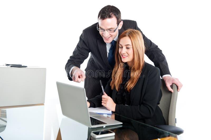 Ungt affärsfolk som arbetar på bärbara datorn royaltyfri bild