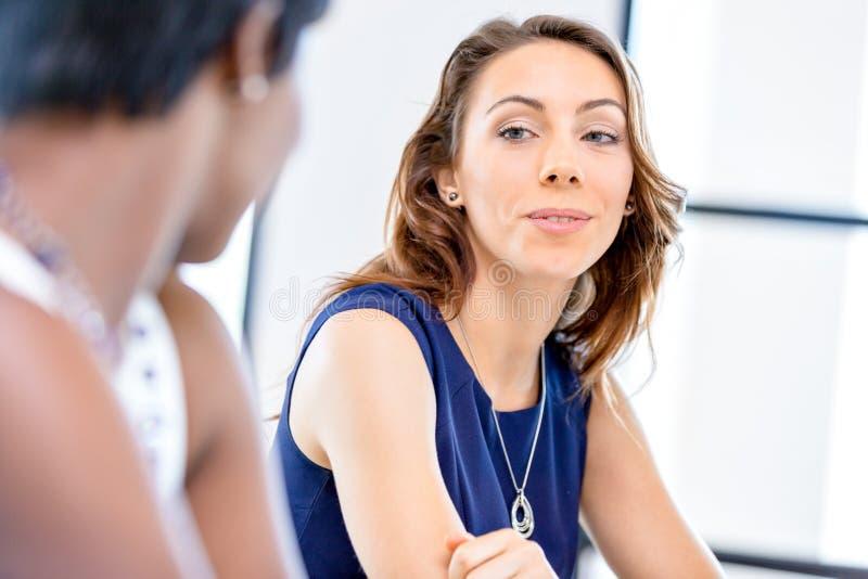 Download Ungt Affärskvinnasammanträde På Skrivbordet Och Arbete Arkivfoto - Bild av lady, stående: 78729464