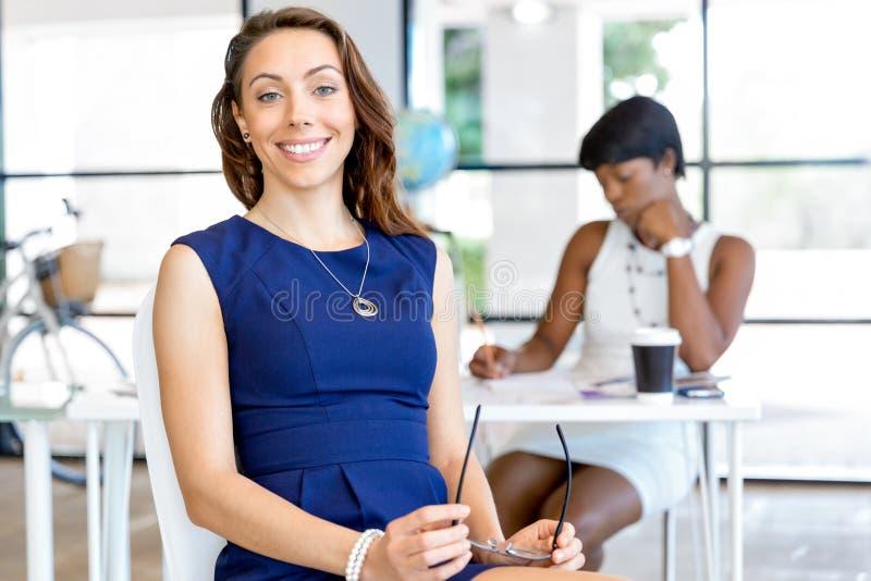 Download Ungt Affärskvinnasammanträde På Skrivbordet Och Arbete Arkivfoto - Bild av härlig, flicka: 78730052